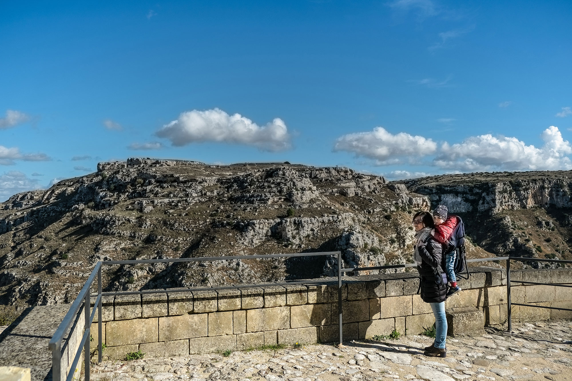 Read more about the article Uno zaino porta bambino per visitare Matera con i tuoi bimbi