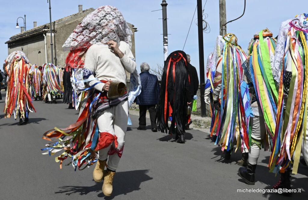 Un momento del coloratissimo Carnevale di Tricarico (Foto: Michele De Grazia)