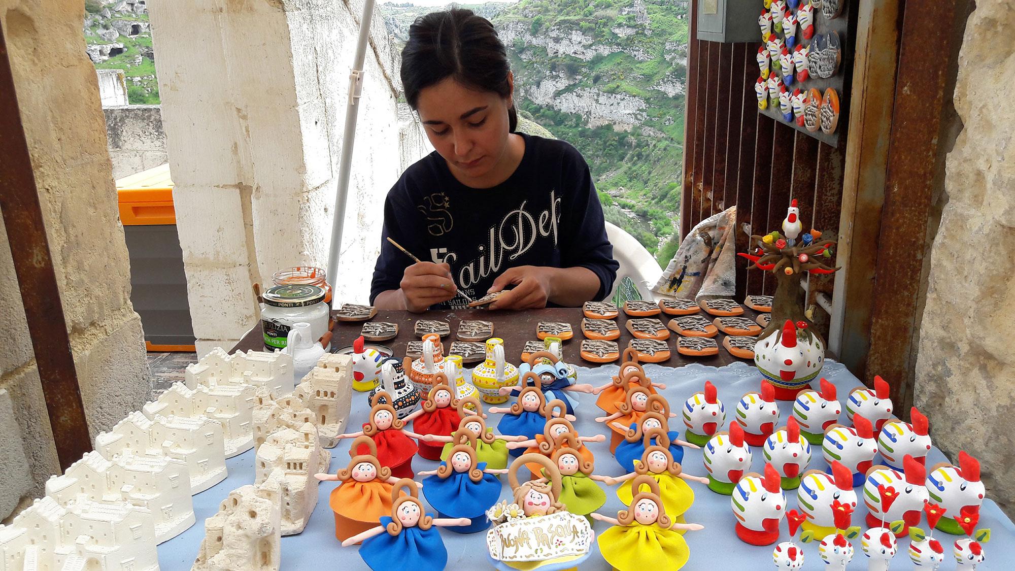 Artigiana materana a lavoro con i cucù sulla destra - Foto: Ferula Viaggi