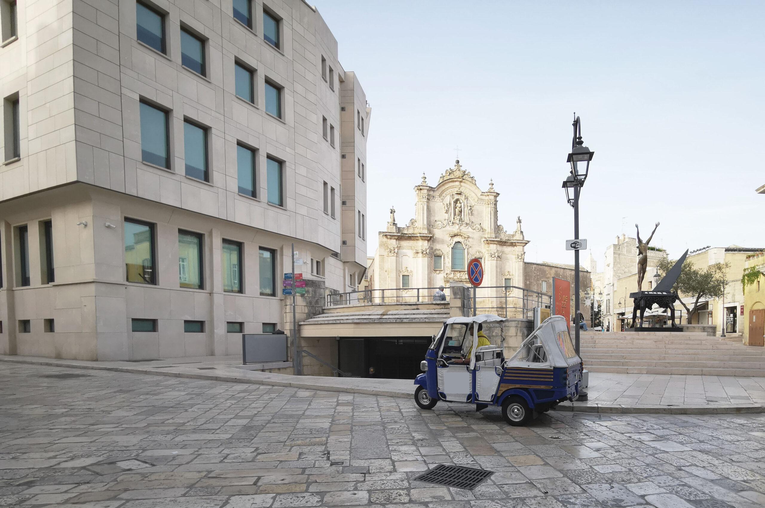 Ape calessino in sosta presso Piazza San Francesco