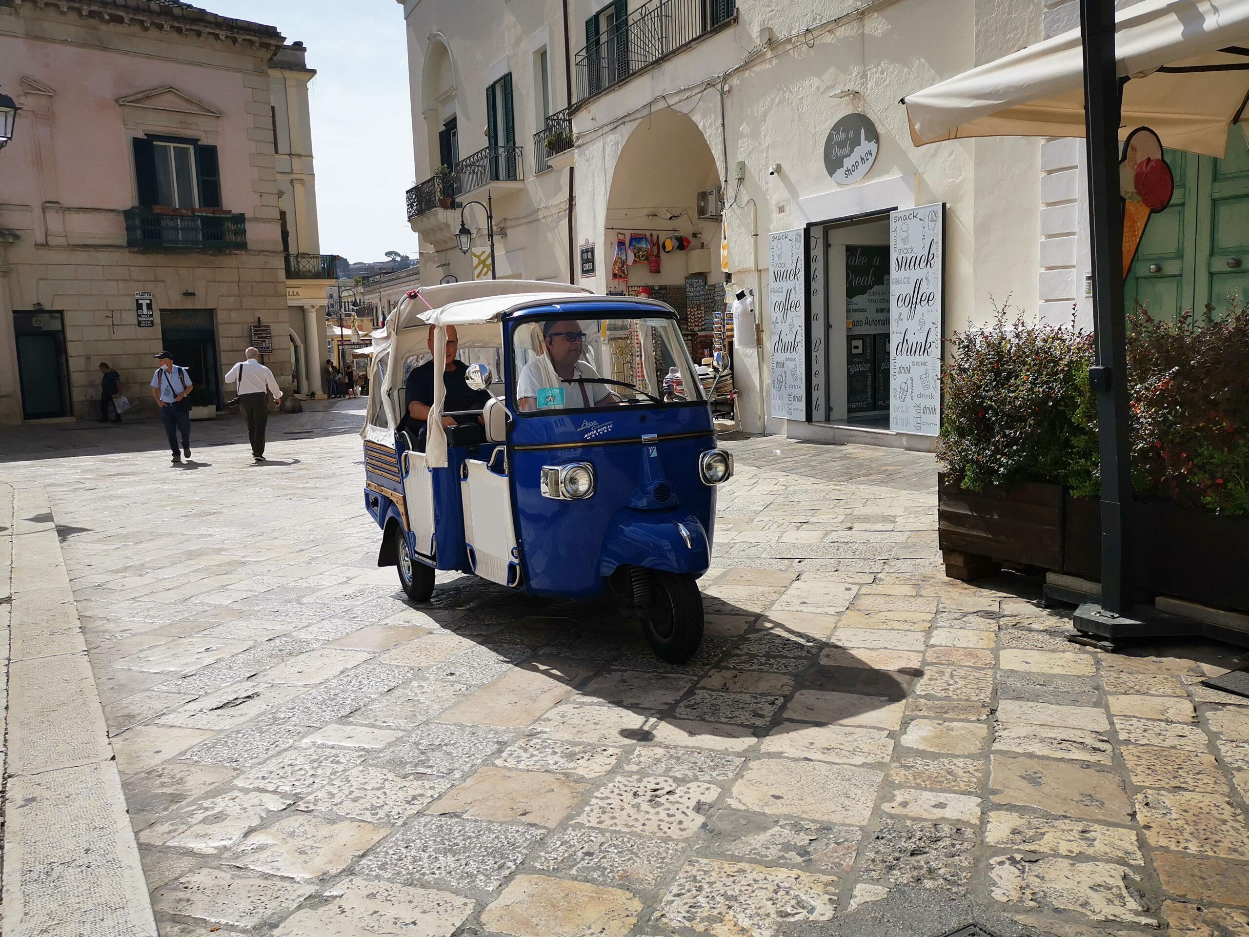Ape tour a Matera: passaggio da Piazza San Francesco verso Via del Corso
