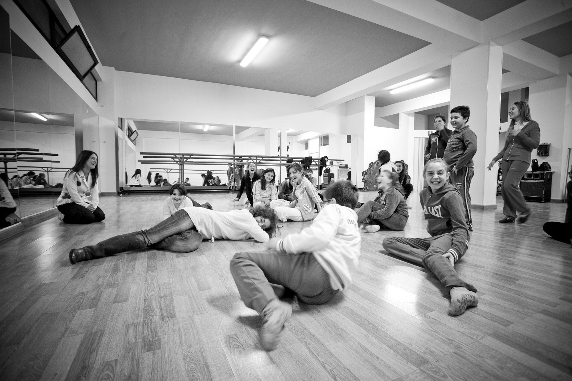 Bambini durante prove per uno spettacolo della Scuola sull'Albero